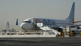 El jet de la línea aérea de Flydubai en la plataforma almacen de video