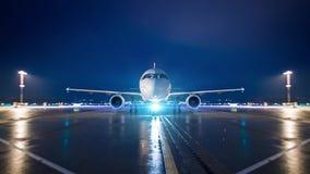 El jet del aeroplano rueda en la posición del estacionamiento respecto a aeropuerto en la noche metrajes