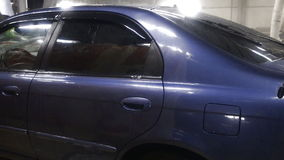 El jet del agua salpica en superficie del coche metrajes