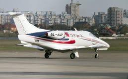 El jet del fenómeno 100 de Embraer en la pista de despeque en el International A de Kyiv Imágenes de archivo libres de regalías