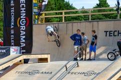 El jinete de BMX monta en la rampa, Palanga, Lituania Imagenes de archivo