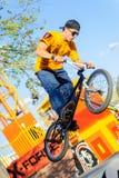 El jinete de BMX muestra habilidad en la competencia extrema Fotos de archivo libres de regalías