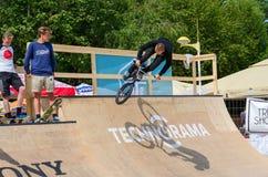 El jinete de BMX realiza un salto en la rampa, Palanga, Lituania Fotografía de archivo libre de regalías
