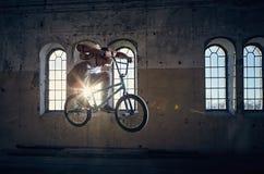 El jinete de BMX salta con una bicicleta Fotos de archivo libres de regalías