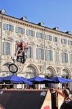 El jinete de BMX salta durante un acontecimiento del estilo libre Foto de archivo