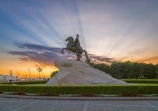 El jinete de bronce en St Petersburg en los rayos del levantamiento Foto de archivo