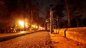 El jinete de la bici de la vida nocturna imagenes de archivo