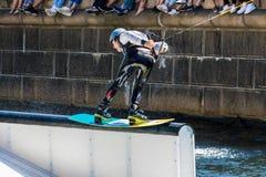 El jinete del estilo libre de Wakeboard hace los trucos en la competencia imagen de archivo