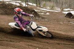 El jinete del motocrós da vuelta al espacio en blanco de la punta de la arena imagen de archivo