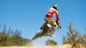 El jinete del motocrós lleva el aire Imagenes de archivo