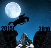 El jinete en el caballo que salta en el Año Nuevo 2016 Imagen de archivo libre de regalías