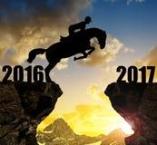 El jinete en el caballo que salta en el Año Nuevo 2017 Imágenes de archivo libres de regalías
