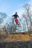 El jinete está saltando en una bici de montaña, un deporte extremo foto de archivo libre de regalías