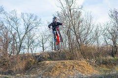 El jinete está saltando en una bici de montaña, un deporte extremo foto de archivo