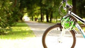 El jinete joven de la bicicleta viene en parque almacen de video