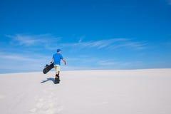 El jinete sube a la cresta de una duna de arena Imágenes de archivo libres de regalías