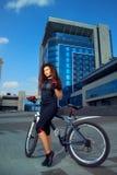El joven delgado sexual se divierte a la mujer en la bicicleta Foto de archivo libre de regalías