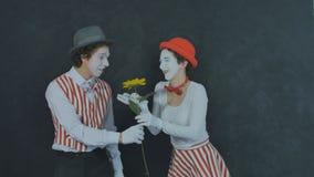 El joven imita con la flor Fotografía de archivo