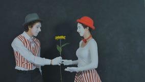 El joven imita con la flor Fotografía de archivo libre de regalías