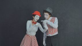 El joven imita fotografiado Fotos de archivo libres de regalías