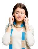 El joven se cierra los oídos con las manos Imagen de archivo libre de regalías