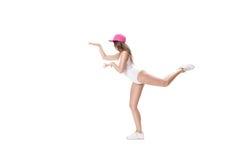 El joven se divierte la mujer en el mono blanco y el baile rosado del sombrero en el fondo blanco Fotos de archivo