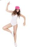 El joven se divierte la mujer en el mono blanco y el baile rosado del sombrero en el fondo blanco Fotografía de archivo libre de regalías