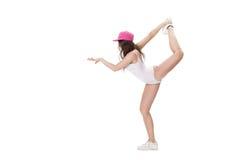 El joven se divierte la mujer en el mono blanco y el baile rosado del sombrero en el fondo blanco Imagen de archivo
