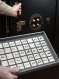 El joyero abre la caja fuerte Imagen de archivo libre de regalías