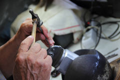 El joyero acuña la decoración de plata en taller Fotografía de archivo