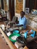El joyero del pulidor está haciendo el proceso crudo de las gemas (las piedras preciosas) Fotografía de archivo