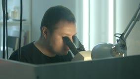 El joyero trabaja en la creación de un producto de la joyería almacen de metraje de vídeo
