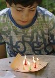 El juego dañoso del muchacho del adolescente con las velas quema el fuego Fotos de archivo