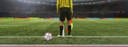 El juego de fútbol del árbitro se coloca en el campo antes del juego, rea Fotografía de archivo libre de regalías