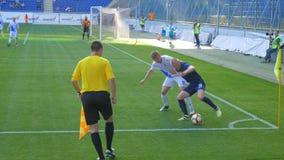 El juego de fútbol, jugador está corriendo con la bola metrajes