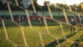 El juego de fútbol, jugadores está corriendo con la bola, borrosa almacen de metraje de vídeo