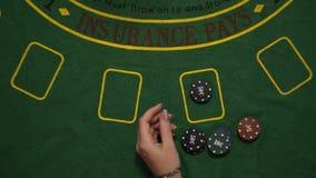 El juego de juego de la veintiuna, jugador apostó los microprocesadores a la tabla de la cubierta, tarjetas del deale, visión sup metrajes