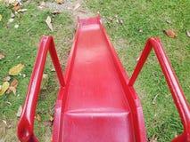 El juego de los niños al aire libre rojos foto de archivo