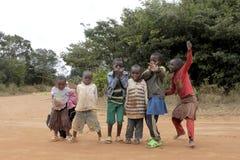 El juego de los niños del pueblo de Pomerini en Tanzania Foto de archivo libre de regalías