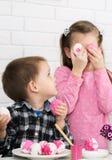 El juego de niños adornó los huevos de Pascua Foto de archivo libre de regalías