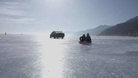 El juego de niños en el hielo en un anillo inflable Anillo de goma metrajes