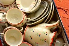 El juego de té de la muñeca retra hecho de la porcelana blanca Sistema de juguetes del vintage fotos de archivo libres de regalías
