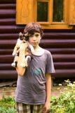 El juego del muchacho del adolescente con poco tres coloreó el gatito Imágenes de archivo libres de regalías