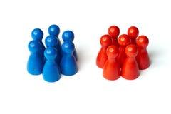 El juego figura como símbolo para dos grupos de personas Concepto para el trabajo en equipo o el desafío En el fondo blanco imágenes de archivo libres de regalías