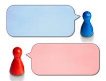 El juego figura con las burbujas angulosas del discurso en el fondo blanco Concepto para la discusión, charla, comunicación foto de archivo