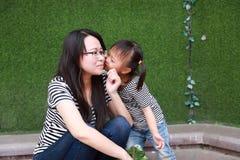 El juego parental de la mamá del beso de la hija de los hijos naturales de la madre del tiempo de la familia feliz con el bebé ju Fotos de archivo