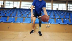 El jugador con la prótesis detiene una bola, cierre almacen de video