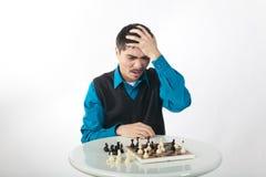 El jugador de ajedrez es perdidoso en emociones Fotografía de archivo