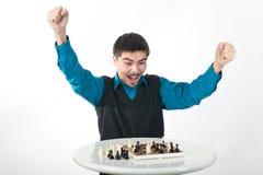 El jugador de ajedrez está ganando en emociones Fotografía de archivo