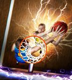 El jugador de básquet está bloqueando el tiro debajo de la cesta imágenes de archivo libres de regalías